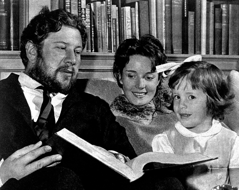 Ustinov with Suzanne Cloutier and daughter in the 1950s